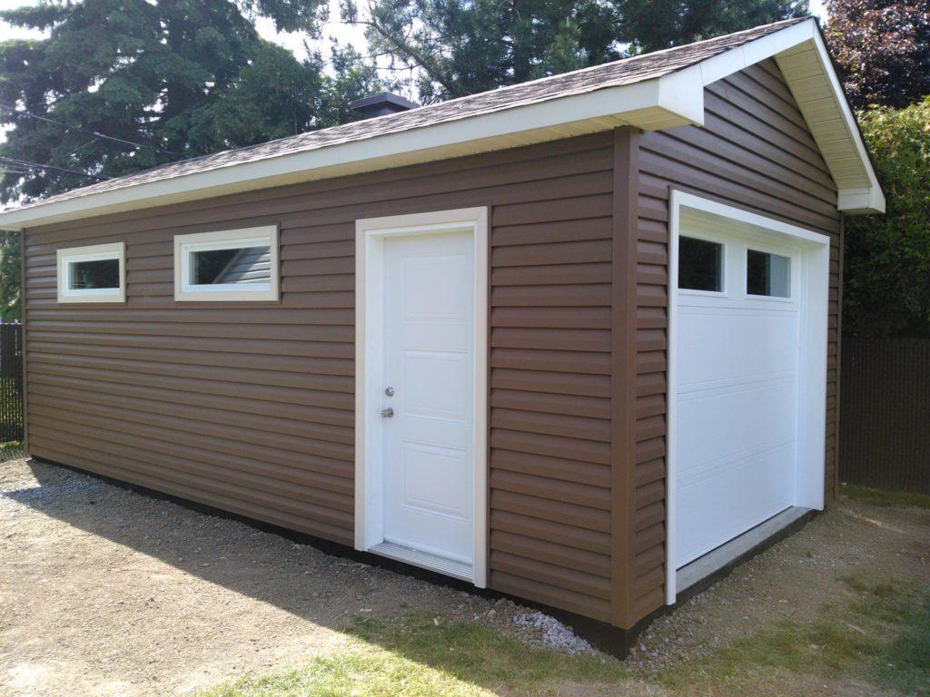 garage avec porte et fenêtres blanches