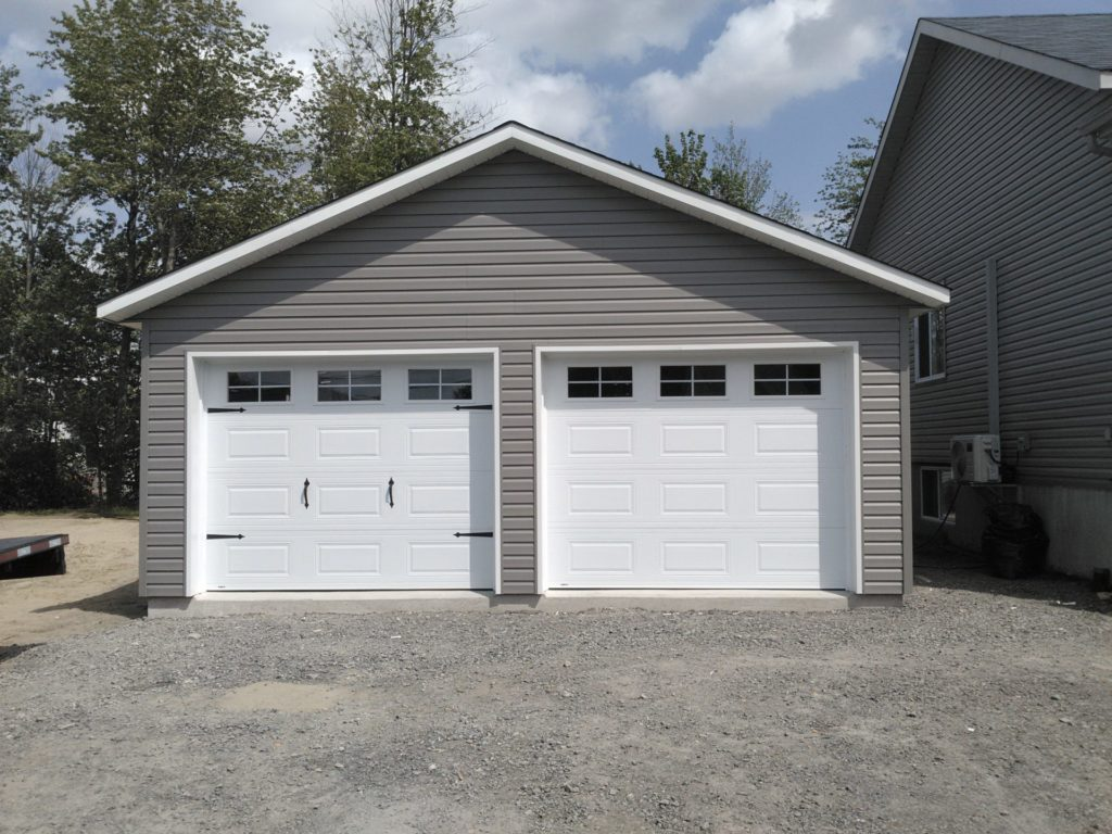garage avec deux portes de garages blanches