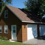 garage avec revêtement de bois