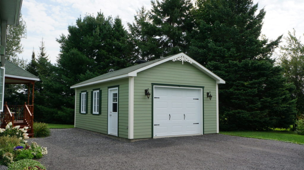 garage avec porte de garage blanche