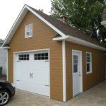 garage avec portes et fenêtres blanches
